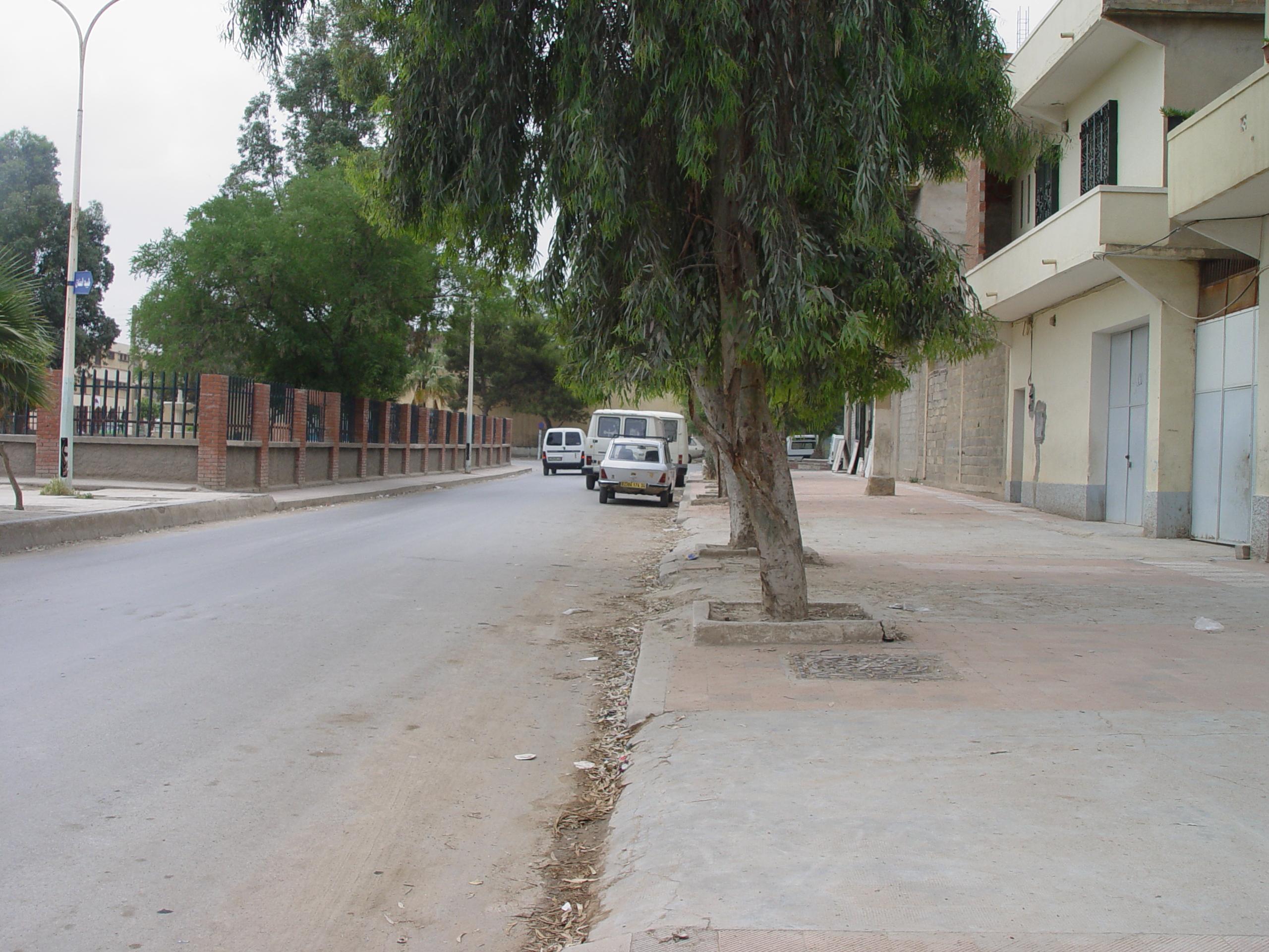 Rue de Ferhat Abbas ,au fond se trouvait l'ex Cours de Tennis