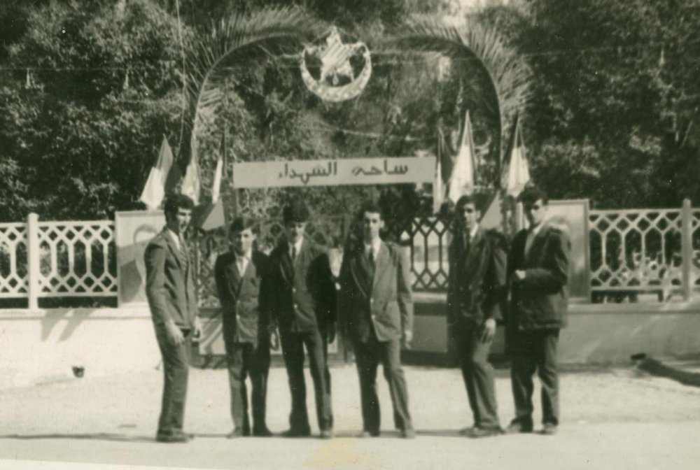 Photo Souvenir,devant le portail de la place des Martyrs ex Eglise de la Sainte Croix