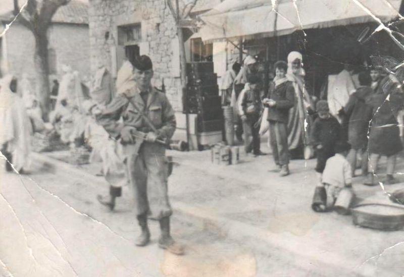 Un Militaire français devant la Boutique de Hamada Le Mozabite