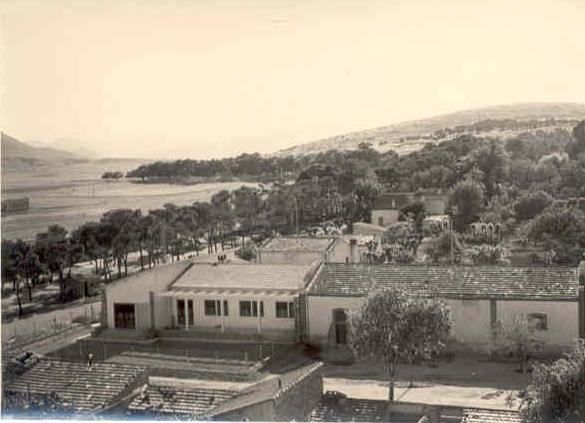 Route vers le château d'eau et le cimetière chrétien,1950