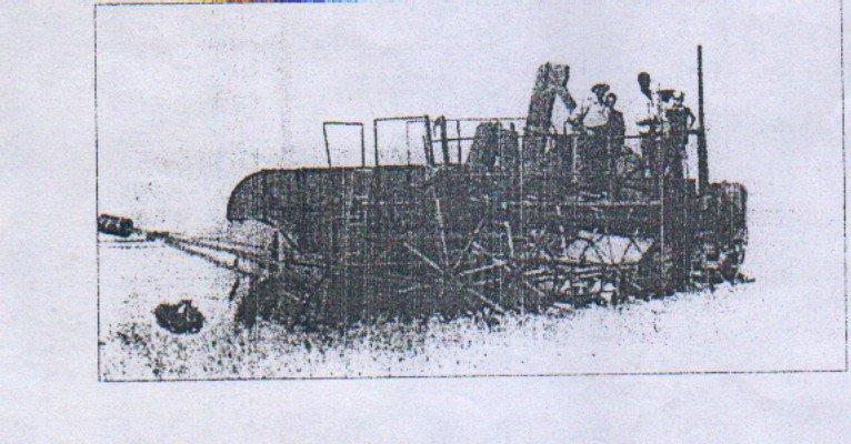 Une moissonneuse batteuse dans les champs de blé à la périphérie de Colbert