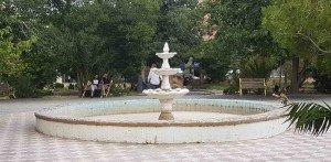 jardin public, jet d'eau à sec semble à un dépôt d'ordures,03-07-2018     Jardin au Sud du jardin public, jet d'eau à sec semble à un dépôt d'ordures,03-07-2018