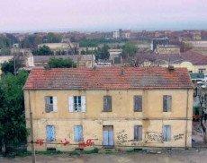 Édifice colonial,ex siège de la gendarmerie En arrière plan à droite, la ex remonte En arrière plan,à gauche l'ex prion coloniale en ruines.